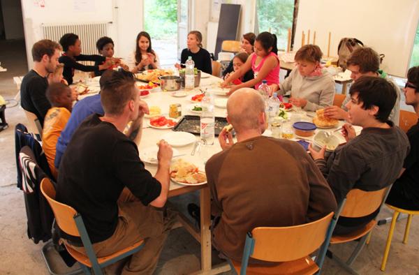 UdN Baumhaus_Foto 4_Sommecamp 2011_Gemeinsam Essen_web